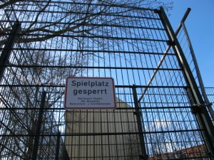 Bolzplatzkäfig mit Schild Spielplatz gesperrt